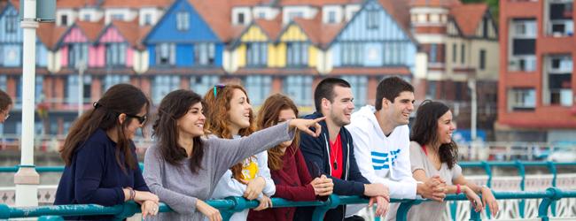 LISA-Sprachreisen-Erwachsene-Englisch-England-Cardiff-Spaziergang-Bruecke-Leute-Haeuser